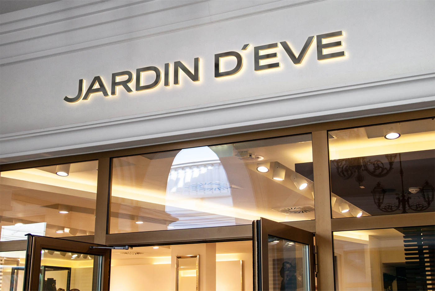Дизайн логотипа на фасаде бренда Jardin d'Eve
