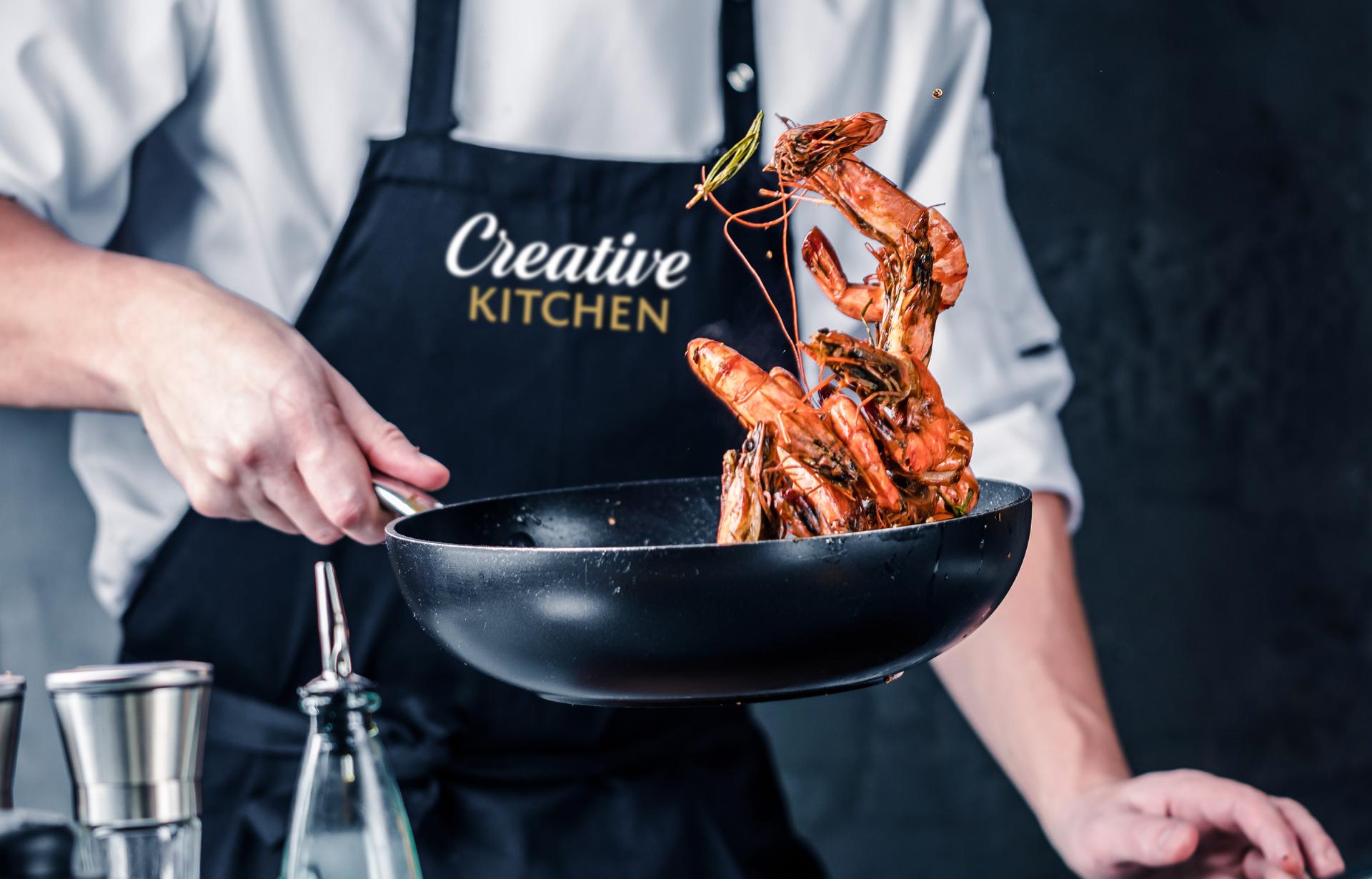 Актуальный дизайн логотипа и каллиграфический шрифт «Creative Kitchen» акцентируют внимание на приготовлении блюд шефом вручную